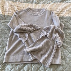 Tops - Gray sweater with frayed sleeves